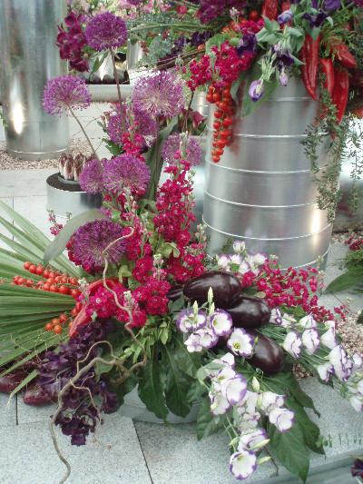 Blomsteroppsats med frukt og grønt