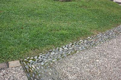 Små rullestein mot gress