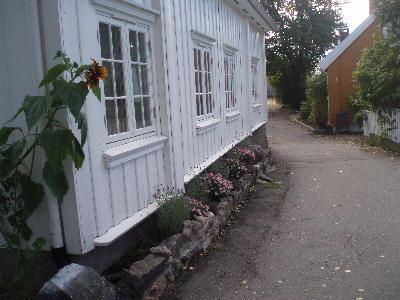 Vakre bed og trange gater i Drøbak
