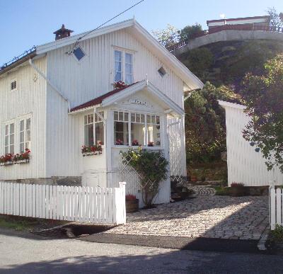 Hvite hus og trange gater i Son