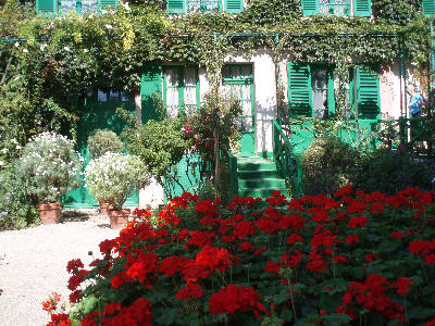Huset til Monet med vakre blomster foran