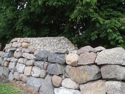 Hagemur av naturstein og rullestein