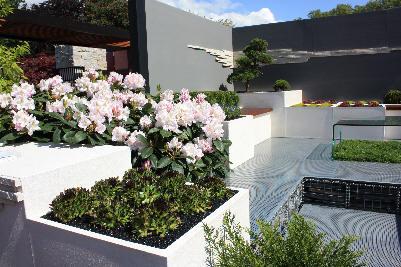 Moderne vegg i hagen