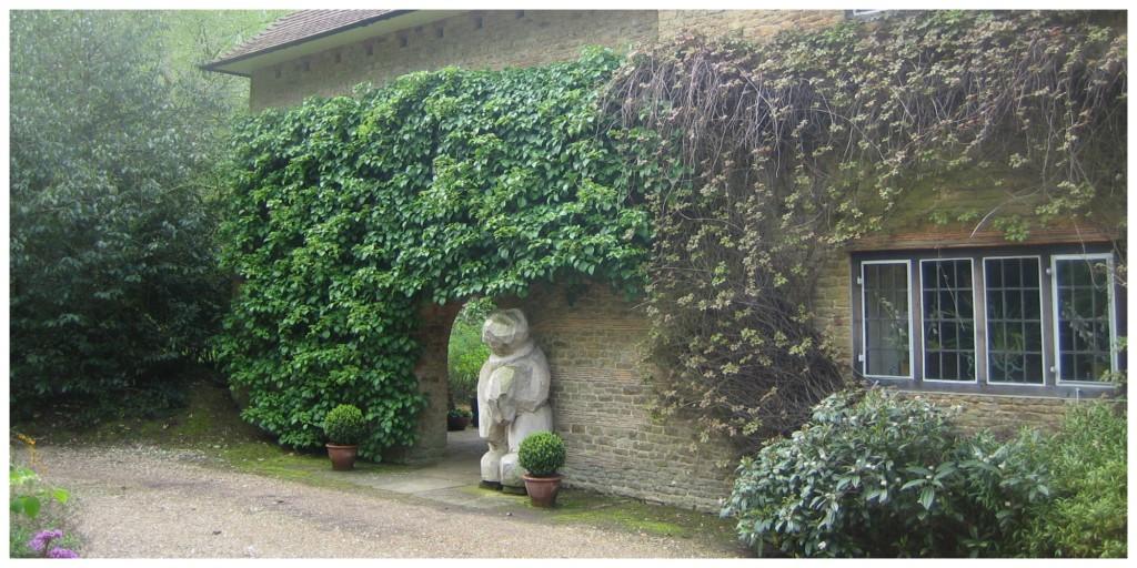 Munstead Wood - I det man svinger inn fra Heath Lane kommer huset til syne, omgitt av trelunder, og en får et glimt av selve hagen.