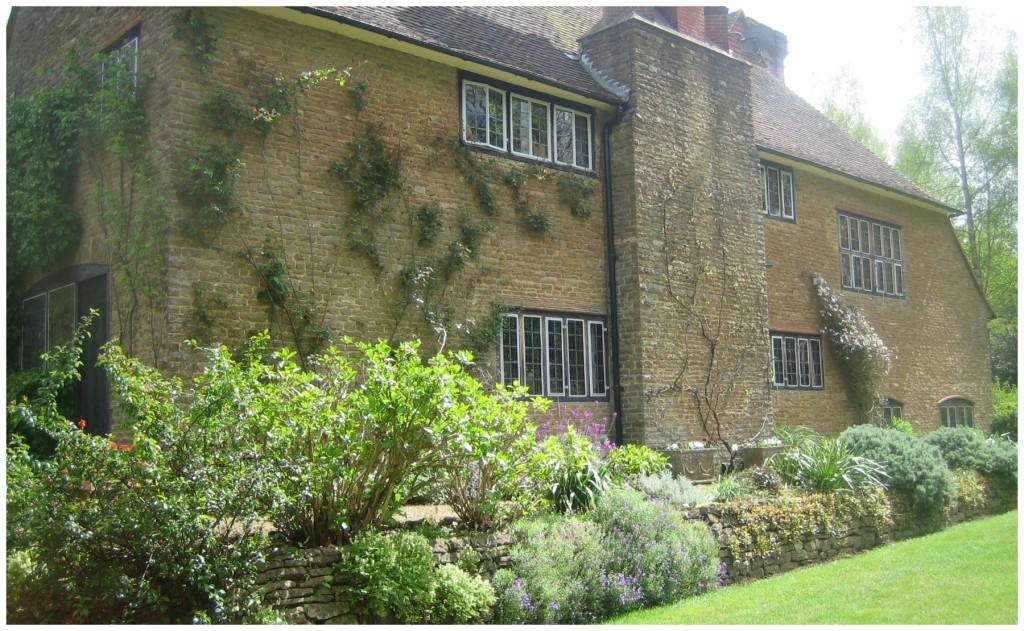 Terrassen langs huset mot plenen har et av Jekylls hovedtema, den blomstrende muren. Den er preget  av hennes forkjærlighet for grålig bladverk, som et minne fra hennes reiser til de greske øyer.